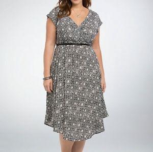 Torrid black white print wrap v-neck midi dress